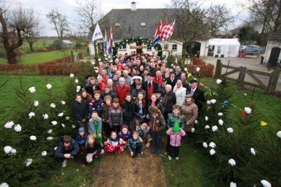 De hele Buurtvereniging Onder Ons op de foto op het erf van het Volkelse Boerenbruidspaar 2016 Hans en Renske van der Locht uit buurtschap de Strepen.