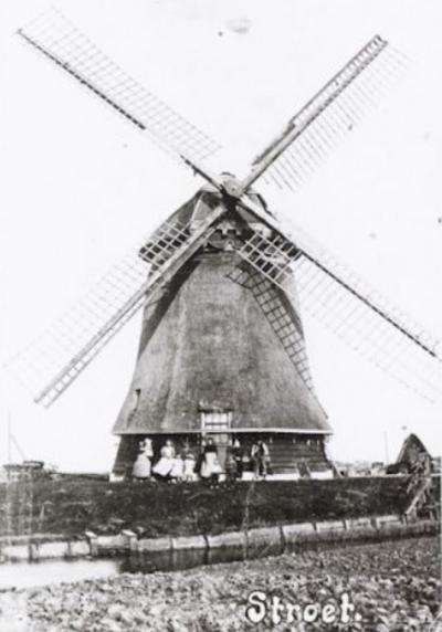 De molen van Stroet is helaas begin 20e eeuw afgebroken. Gelukkig is de ansichtkaart in Nederland in dit kader net op tijd 'uitgevonden' (1892), zodat er in ieder geval nog ansichtkaarten van bewaard zijn gebleven.