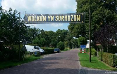 Surhuizum is een dorp in de provincie Fryslân, gemeente Achtkarspelen. De inwoners heten je met dit fraaie spandoek welkom in hun dorp.