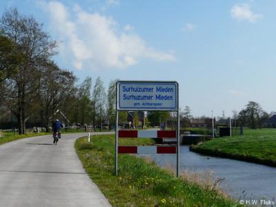 In de plaatsnaamborden zit een 'drukfoutje': Surhuizumermieden schrijf je in het Nederlands als een woord, alleen in het Fries schrijf je het als twee woorden.