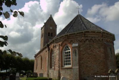 Het zeer oude kerkje van Swichum op een terp restant.