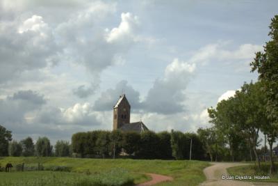 De kerk van Swichum van wat verder gezien.
