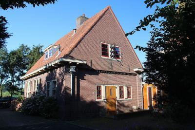 Hoewel er wegens het geringe aantal leerlingen reeds in 1925 discussies waren over het opheffen van de openbare lagere school in 't Goy, is dat pas in 1982 gebeurd. Het pand op Wickenburghseweg 37 is een gemeentelijk monument. (© John Scholte)