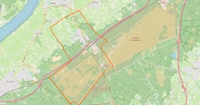 't Harde is een groot maar compact dorp ZO van Elburg, ZW van Oldebroek, met een groen buitengebied waaronder enkele landgoederen in het N en de omvangrijke Legerplaats bij Oldebroek in het Z. (© www.openstreetmap.org)