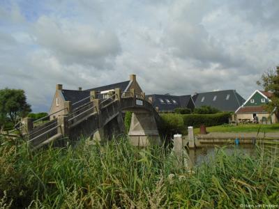 De rijksmonumentale voetgangersbrug in buurtschap 't Heechhout (de vorige brug was inderdaad een 'heechhout', waar de buurtschap naar genoemd is) over de Frjentsjerter Feart is recentelijk gerestaureerd.