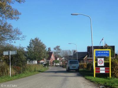 't Lage van de Weg is een los van Uithuizen gelegen dorp met een eigen bebouwde kom en dus blauwe komborden, maar er is destijds 'vergeten' het dorp een eigen postcode toe te kennen en daarom ligt het voor de postadressen zogenaamd 'in' Uithuizen.