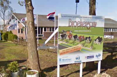 In 2010 zijn aan de Broekergouw in buurtschap 't Nopeind acht nieuwe woningen in Waterlandse stijl gerealiseerd. (© Google)