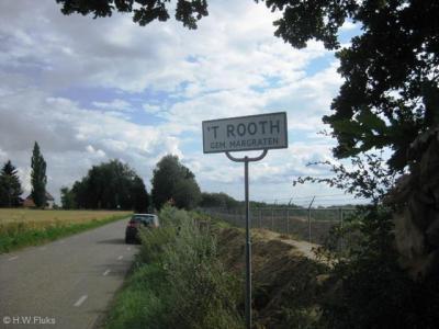 Buurtschap 't Rooth ligt buiten de bebouwde kom en heeft daarom witte plaatsnaamborden.