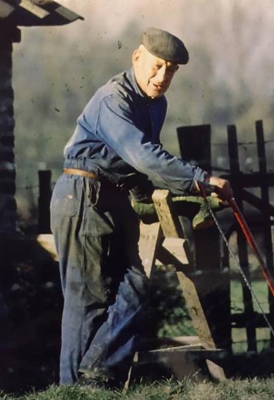 Rode draad door het boek 'De duivel groef een paradijs' is het levensverhaal van Sjang Heuts, de kleine boer die uitgroeide tot een symbool van verzet. Heuts weigerde te vertrekken voor uitbreiding van de groeve en heeft er tot zijn dood in 1986 gewoond.