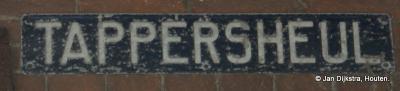 Buurtschap Tappersheul ligt binnen de bebouwde kom van Oudewater, en wordt ter plekke niet expliciet aangegeven (bijv. met witte onderbordjes onder de komborden Oudewater). Je kunt dus alleen aan dit straatnaambordje zien dat je er bent aangekomen.