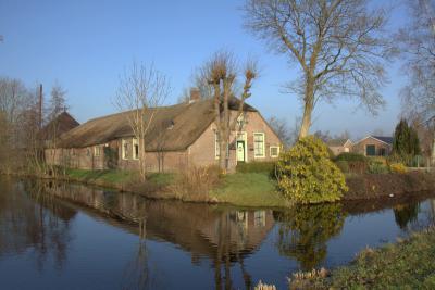 De boerderijen in Teckop aan de N kant van de wetering zijn vaak aan twee kanten omgeven door water. (© Jan Dijkstra, Houten)