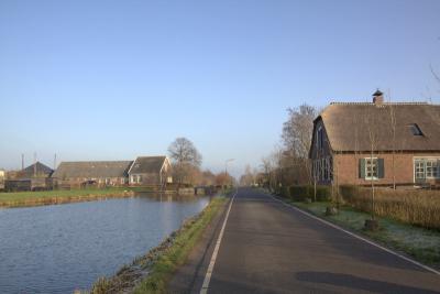 Teckop is een buurtschap aan een kaarsrechte weg langs een kaarsrechte wetering. (© Jan Dijkstra, Houten)