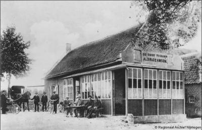 Café De Oude Teersdijk is in 1933 afgebrand. Slechts enkele jaren later, in 1937, brandt ook opvolger Café De Nieuwe Teersdijk af, door klungelig en hilarisch optreden van de Wijchense brandweer. Zie daarvoor verder onder het kopje Eten en drinken.