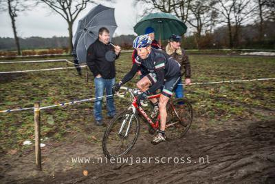 Zowel de renners als de toeschouwers hielden het niet droog tijdens de Nieuwjaarscross Ter Aalst 2015, maar dat mocht de pret niet drukken: het was wederom een groot succes.