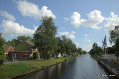 De Opsterlandse Compagnonsvaart in Terwispel gezien in zuidelijke richting.