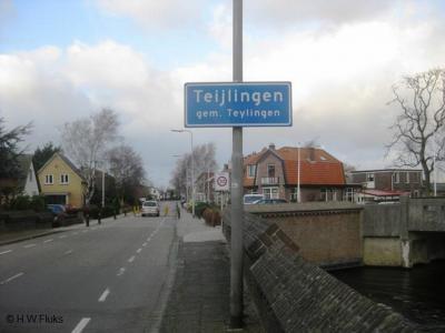 Bij het ontstaan van de gem. Teylingen heeft men bewust voor een íets andere spelling gekozen dan de gelijknamige plaatsnaam, omdat twee verschillende grootheden met een identieke naam niet handig is. Vergelijk Borsele/Borssele en Bronckhorst/Bronkhorst.