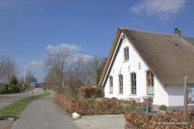 Een van de rijksmonumenten in buurtschap Themaat is de Witte Boerderij (Thematerweg 18) met kern uit 1658, gelegen in de O hoek van het Haarzuilense deel van de buurtschap, op de hoek van de Thematerweg en de Maarssenseweg.