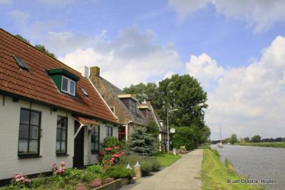 Buurtschap Tichelwurk bestaat grotendeels uit een lintbebouwing langs de Dokkumer Ee.