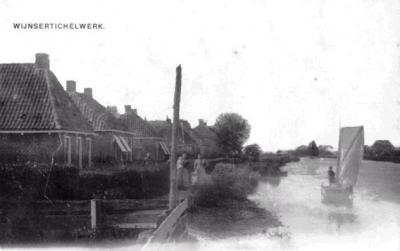 Tichelwurk 'Noard', 1e helft 20e eeuw. Het eerste huis is het huidige nr. 5. De volgende huizen, nrs. 4 en 3, staan er ook nog, de huizen daarna zijn allemaal verdwenen. Achteraan is in 1932 de school gebouwd, die nu als woonhuis dienst doet.