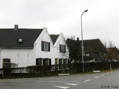 Tiengeboden, dit is het blokje van oorspronkelijk twee maal vijf arbeidershuisjes, waaraan de buurtschap dus haar naam heeft te danken.