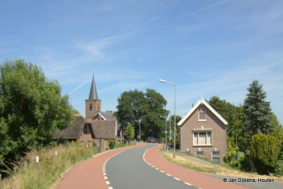 Het dorp Tienhoven aan de Lek, mooi gelegen aan de Lekdijk, gezien vanuit het O