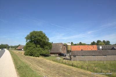 Boerderijen onder aan de Lekdijk in het dorp Tienhoven aan de Lek