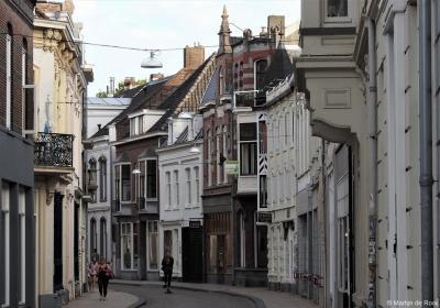 De Nieuwlandstraat, in het beschermde stadsgezicht van de stadskern van Tilburg. Voor nadere informatie zie het hoofdstuk Beeld.