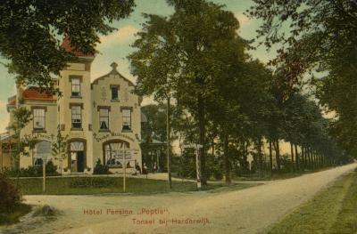 De buurtschap Tonsel lag vroeger ook nog N van de huidige A28. In dat gebied stond en staat bijv. nog altijd het vroegere Hotel Pension Oranje Mecklenburg, ook wel Poptie, vanouds Tonsel 125a aan de Kleine Grindweg, later Nassaulaan 1, nu Oranjelaan 31.