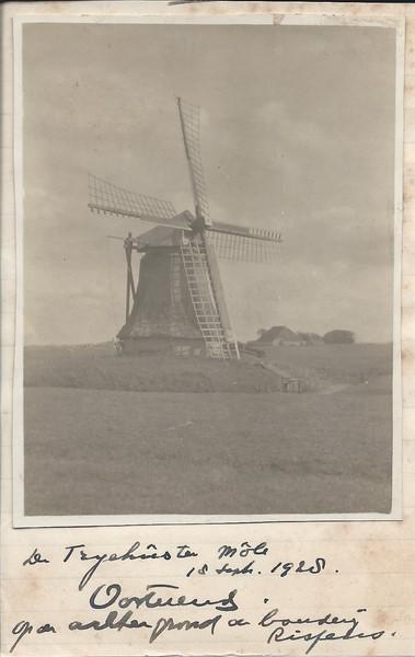 Stuivertje wisselen heet dat: de molen die vroeger kennelijk de Trijehûster Môle heette, heet nu Molen Rispens, en de buurtschap, die vanouds Rispens heette, heet nu Trijehuzen...