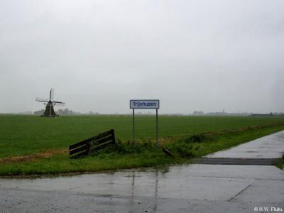 Buurtschap Trijehuzen met het enige plaatsnaambord (want doodlopende weg) en dé bezienswaardigheid van de buurtschap: molen Rispens uit 1821, dankzij restauratie in 1994 weer in puike conditie en regelmatig draaiend en te bezichtigen.