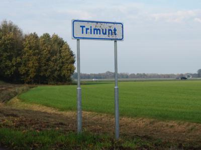 In oktober 2017 zijn ze dan eindelijk geplaatst, de plaatsnaambordjes Trimunt, zodat inwoners nu expliciet kunnen zien dat ze er wonen, en bezoekers, leveranciers, hulpdiensten en toeristen kunnen zien wanneer ze deze buurtschap binnenkomen en verlaten.