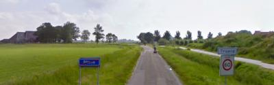 De buurtschap Truerd ligt direct buiten de bebouwde kom van Stiens. Op deze foto wordt dat mooi gevisualiseerd. (© Google)