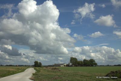 Buurtschap Tjaard bestaat uit enkele huizen en verspreid staande boerderijen.