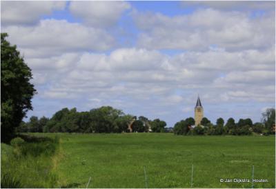 In de verte zien we Tsjerkebuorren, de voormalige dorpskern van Easterwierrum maar tegenwoordig een buurtschap van dat dorp.