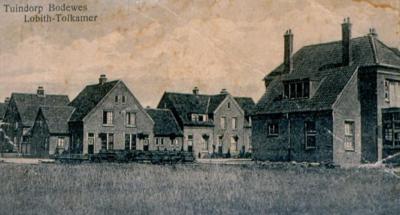 Wat nu 'gewoon' Tuindorp heet, heette aanvankelijk Tuindorp Bodewes. Het was in die tijd niet ongebruikelijk om dergelijke 'fabrieksdorpen' naar de fabriek(seigenaar) te noemen die de nederzetting gebouwd had. Vergelijk Batadorp, Heveadorp, Philipsdorp.