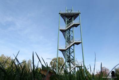 In het dorpsgebied van Tuk vinden we nóg een mooie toren. De uitkijktoren op de Woldberg is iets minder hoog (24 m) dan de watertoren (35 m), maar nog altijd imposant om te beklimmen. Boven wacht de beloning van prachtige uitzichten rondom. (© Afanja.com)