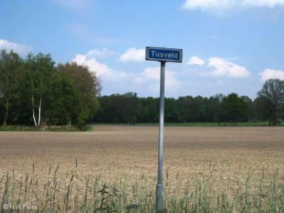 Voorheen was de buurtschap Tusveld ter plekke alleen herkenbaar aan de gelijknamige straatnaam(bordjes), maar de buurtschap omvat meer wegen dan alleen deze, dus ideaal was dat bepaald niet.