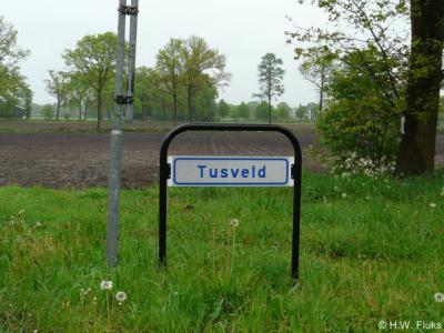 In 2014 heeft de buurtschap Tusveld eindelijk plaatsnaamborden gekregen. Wel zo handig, om expliciet te kunnen zien dat je daar woont én om als voorbijganger of toerist te kunnen zien wanneer je deze plaats binnenkomt en weer verlaat.