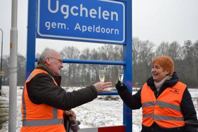 Daarom heeft Werkgroep UgchelenBlauw in 2016 een onderbouwd verzoek ingediend bij de gemeente Apeldoorn om weer blauwe plaatsnaamborden geplaatst te krijgen. En met succes: in februari 2017 zijn de blauwe borden geplaatst. Proost! (© Ugchelens Belang)