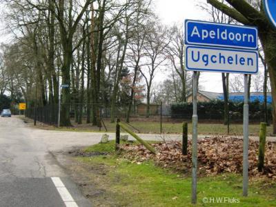 Als je 'van buiten' het dorp binnenkwam, stonden er witte borden Ugchelen onder blauwe borden Apeldoorn, waardoor voor de argeloze voorbijganger Ugchelen 'slechts' een wijk van de stad Apeldoorn leek. Een misverstand waar de inwoners niet blij mee waren.