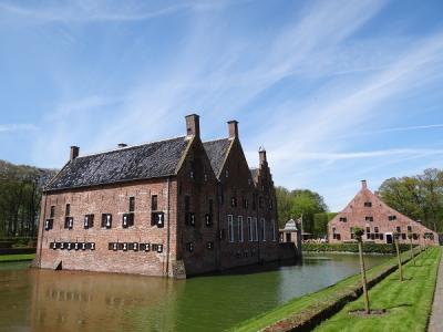 De imposante, oorspronkelijk 14e-eeuwse Menkemaborg, met schathuis, te Uithuizen is te bezichtigen. (© Harry Perton/https://groninganus.wordpress.com)