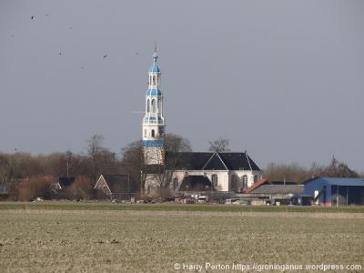 De kerktoren van Uithuizermeeden is al van verre als zodanig herkenbaar, zowel door zijn bijzondere vormen als kleuren. (© Harry Perton/https://groninganus.wordpress.com)