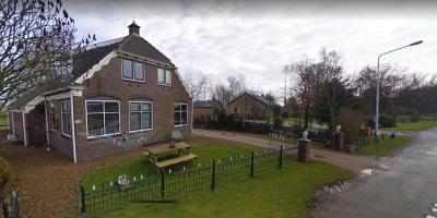 Buurtschap Ulesprong is, naast de rijksmonumentale molenromp, ook rijk aan monumentale boerderijen en woonhuizen, waaronder deze hoeve Ulesprong op nr. 12. Na opheffing van de school in 1968 is er qua voorziening alleen nog een brievenbus...