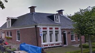 Dit pand op nr. 15 in Ureterp aan de Vaart blijkt vroeger een ViVo kruidenierswinkel te zijn geweest. Ter herinnering hieraan hangt het logo nog aan de gevel en staat de oude weegschaal nog voor het raam.