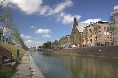 Sinds 2016 stroomt er weer water door het N deel van de Catharijnesingel in Utrecht (zie o.a. het filmpje op http://cu2030.nl/page/singel), als onderdeel van een project om vanaf 2020 weer een rondje singels te kunnen varen. (© Jan Dijkstra, Houten)