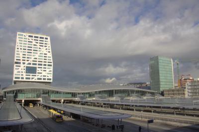 Station Utrecht Centraal is ooit gebouwd voor jaarlijks 35 miljoen reizigers, maar de komende jaren groeit het geleidelijk naar 100 miljoen reizigers in 2030. Vandaar het eind 2016 opgeleverde nieuwe station Utrecht Centaal. (© Jan Dijkstra, Houten)