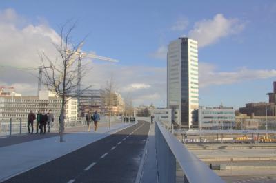 De eind 2016 gereedgekomen Moreelsebrug is een 295 meter lange voetgangers- en fietsbrug bij station Utrecht Centraal (zuidkant). De brug vormt een verbinding tussen het Beurskwartier en het oude centrum van Utrecht. (© Jan Dijkstra, Houten)