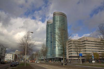 Naast de Domtoren is ook het hoofdkantoor van de Rabobank een gezichtsbepalend landmark in het centrum van Utrecht (aan de Croeselaan). En dankzij de recentelijk aangeplante bomen is de Croeselaan nu weer een echte laan. (© Jan Dijkstra, Houten)