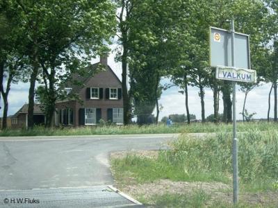 Op dit oudere bordje, dat er in ieder geval medio 2008 nog stond, wordt de plaatsnaam nog als Valkum gespeld.