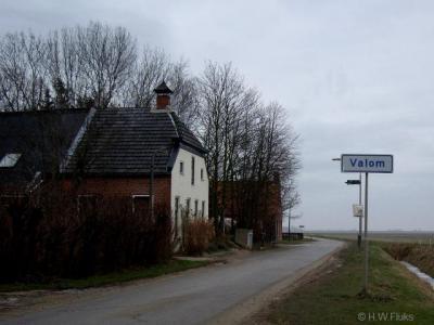 De buurtschap Valom, 1 van de 2 noordelijkst gelegen buurtschappen van ons vasteland, heeft officiële plaatsnaambordjes.